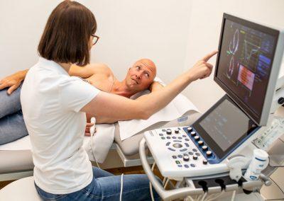 Dr Grebner bei einer internistisch-kardiologischen Untersuchung mit einem Patienten
