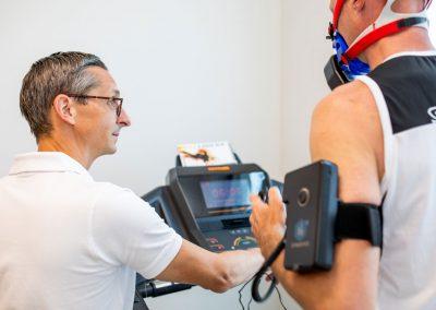 Dr Kuehnel bei einer sportmedizinischen Leistungsdiagnostig mit Patienten am Laufband