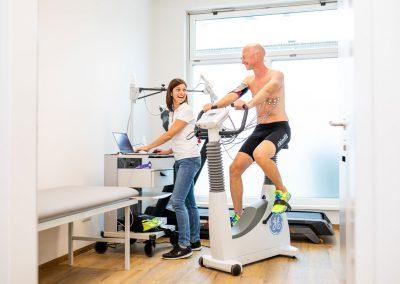 Ordinationsassistentin Sandra-Nina bei der sportmedizinischen Leistungsdiagnostig mit einem Patienten am Ergometer